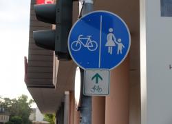 Verkehrsschild_Radfahrer-und-Fussgaenger_01