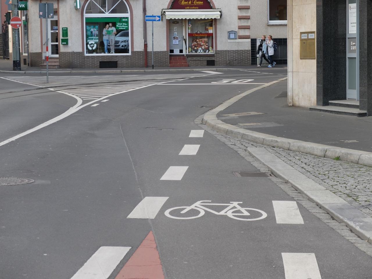 Ende des Schutzstreifens oben an der Grombühlbrücke | Radfahrerzone.de