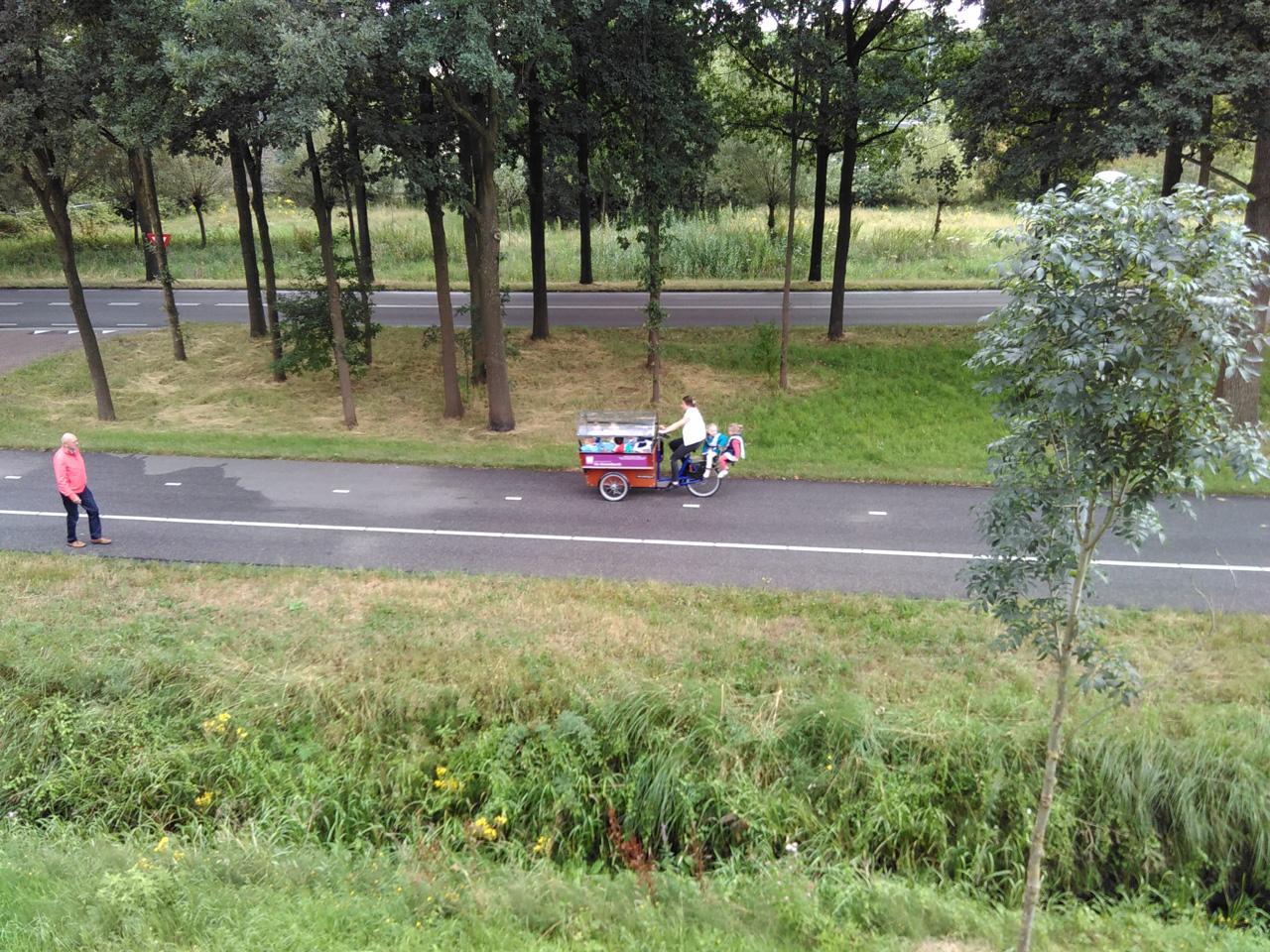 Lastenrad mit 10 Kinder und eine Lehrerin